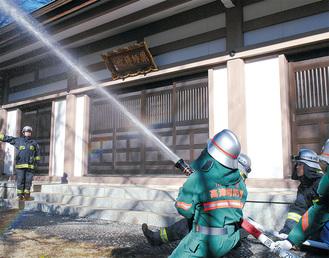 放水を行う消防員ら
