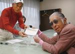 同伴プレイヤーとして節目のスコアに署名したのは人気漫画家の安孫子素雄氏(写真右)