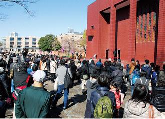 前田ホール前で避難待機する観客