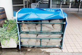 世田谷区に設置される土嚢ステーション。土嚢は布袋に土砂を詰めて用いる土木資材で水害時の応急対策に使用される。