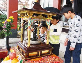 花御堂に祭られる釈迦像に甘茶をかけて誕生を祝う