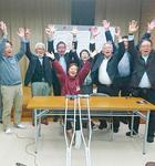 県議選トップ当選を果たした小川久仁子氏(中央)