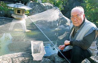 ネットを張り野鳥避け対策を行う宮田さん