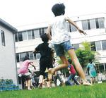 「ナテルン」を導入する久本小学校では素足で芝生の感触を体験する教育プログラムなどを実践