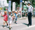 横断歩道を渡る園児を見守る高津署員
