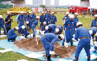 土のう作成訓練の様子