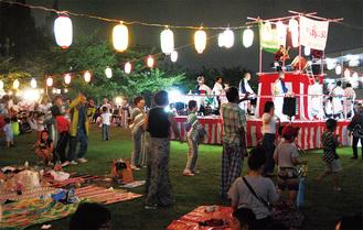 芝生を開放して開催する祭り