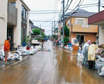 北見方や諏訪地域では浸水した家具やごみの搬出作業に追われる(14日撮影)