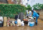 浸水被害を受けた地域にはボランティアが駆け付け作業を手伝った