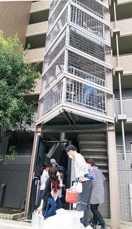 生活用水をボランティア300人で14階まで届ける