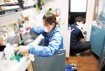 浸水した台所をふく松本さん