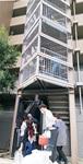 ボランティア300人を引率し、水をマンション屋上会へと届けた(10月20日)