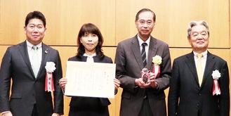 市長(左端)から表彰される高津区の対象者