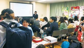 参加者の前で挨拶にたつ鈴木代表
