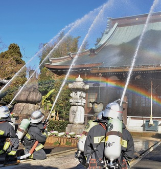 消防隊の一斉放水による消火活動を行った