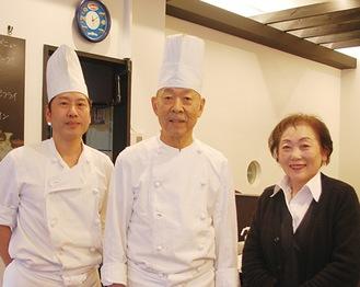 「お世話になりました」と金成さん(右)と細谷店長(中央)