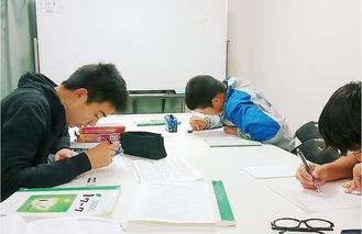 文法や公式はノートや裏紙にとにかく書いて覚える