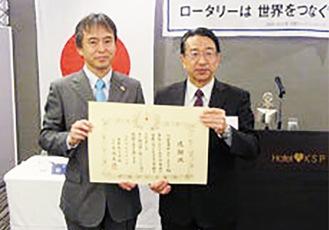 感謝状を受け取る相馬元会長(写真左)