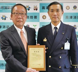 伝達式で表彰された石橋さん(左)と藤原收署長