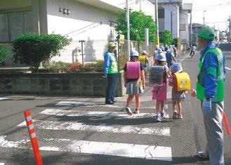 通学する児童たち(写真は過去)