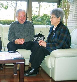 本紙のインタビューに応じる横田夫妻(2005年)