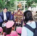 神輿の由来などを解説する金子宮司(左端)