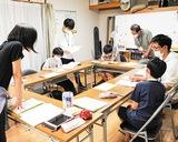 寺子屋に参加する中学生=先月26日、多摩区