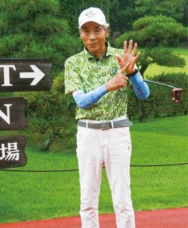 ホールアウト直後、両手で数字の「6」を表し喜びの表情をみせる田中菊雄さん
