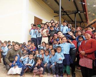 新校舎と児童=同法人提供
