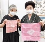 紅花で染めたハンカチを手にする尾崎会長(右)