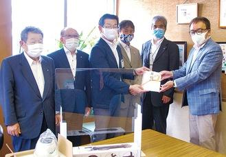 目録を受け取る鈴木区長(中央)