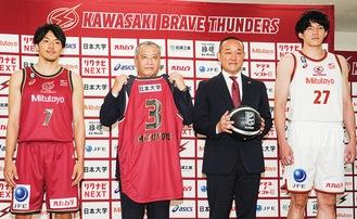 会見で新ユニホームを披露する篠山主将(左)、熊谷選手(右)