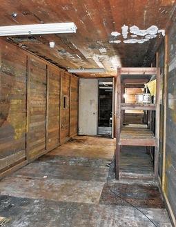 天井にカビが生えた地下の第5収蔵庫