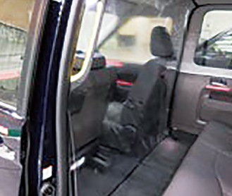 運転席と後部座席が区切られた車内