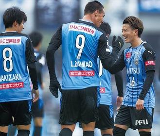 タッチして喜び合う選手たち ©川崎フロンターレ