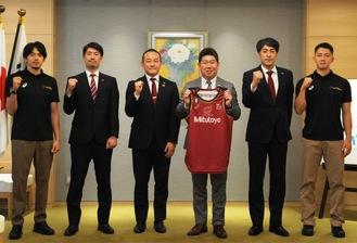 市長室を訪れた篠山主将(左)らクラブ一同