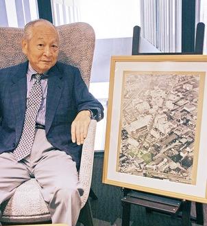 再開発前の溝口界隈の航空写真をみながら当時の様子を懐かしそうに語る渡邉一夫氏