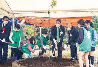 ヤエザクラを植樹する福田市長ら