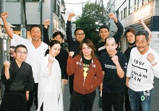 「二子新地おせちオードブル」販売を前に、気勢を上げる出品店舗のメンバー達(10月26日撮影)