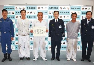 藤原署長(右から3人目)から表彰状が贈られた