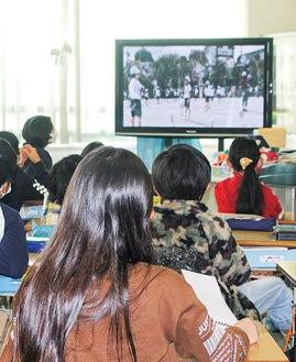 他の学年の競技の様子をリモートで視聴しながら応援する児童たち