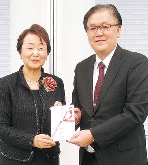 支援金を手渡す朝山会長(左)