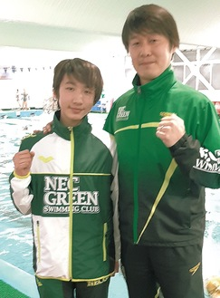 夏間コーチと共に笑顔をみせる高田選手(写真左)
