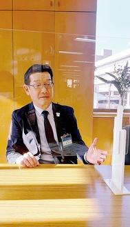 アクリル板越しに本紙記者のインタビューに応じる鈴木哲朗区長(区長室にて)