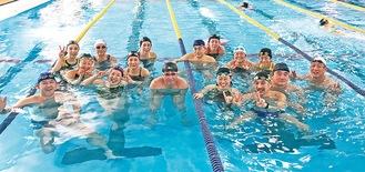 元日からプールで水しぶきを満喫する参加者