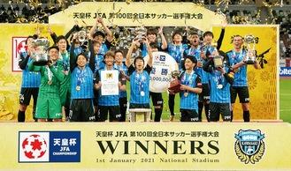 トロフィーを掲げて喜ぶ選手たち ©川崎フロンターレ