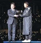 贈呈式で披露する中村選手と福田市長(右から)