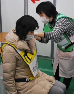訓練で看護師、被接種者にふんする市職員