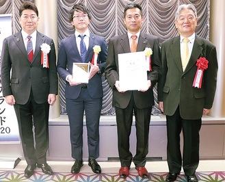 大賞企業と足立会長(右)、福田市長(左)