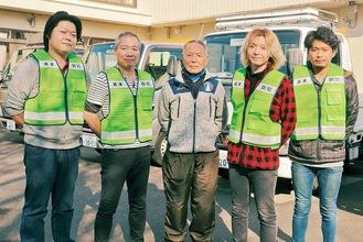 藤原会長(右から3人目)と清水代表(同4人目)、同社スタッフら